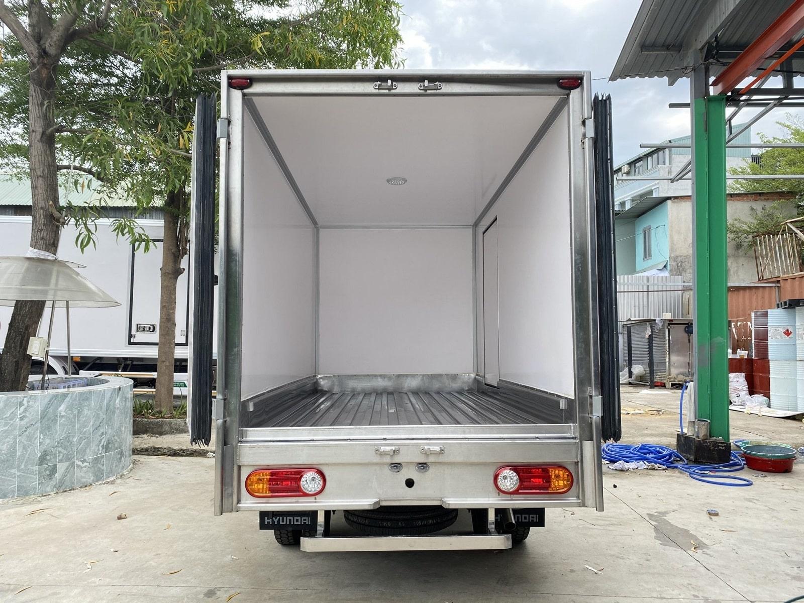 thùng xe của xe tải đông lạnh 1 tấn hyundai H150